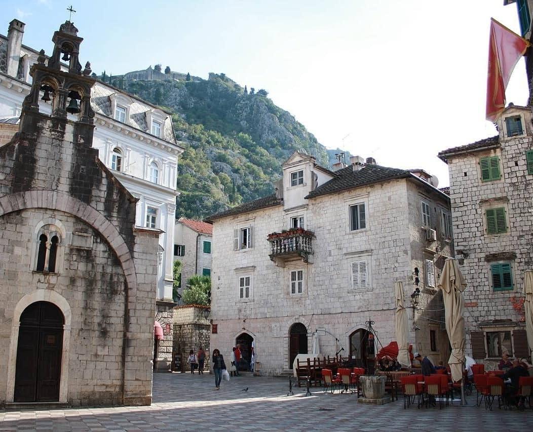 Platz in Montenegro