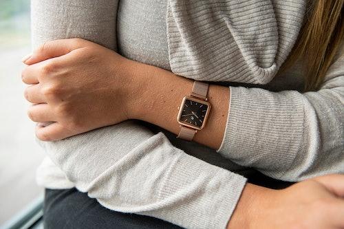 Cette montre B&G se compose d'un boîtier Rectangulaire de 27 mm et d'un bracelet en Métal Rose