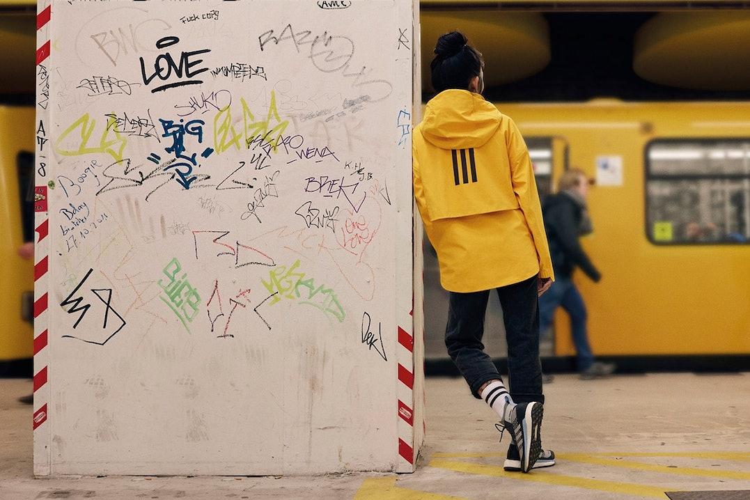 Frau wartet auf die U-Bahn in der adidas My Shelter