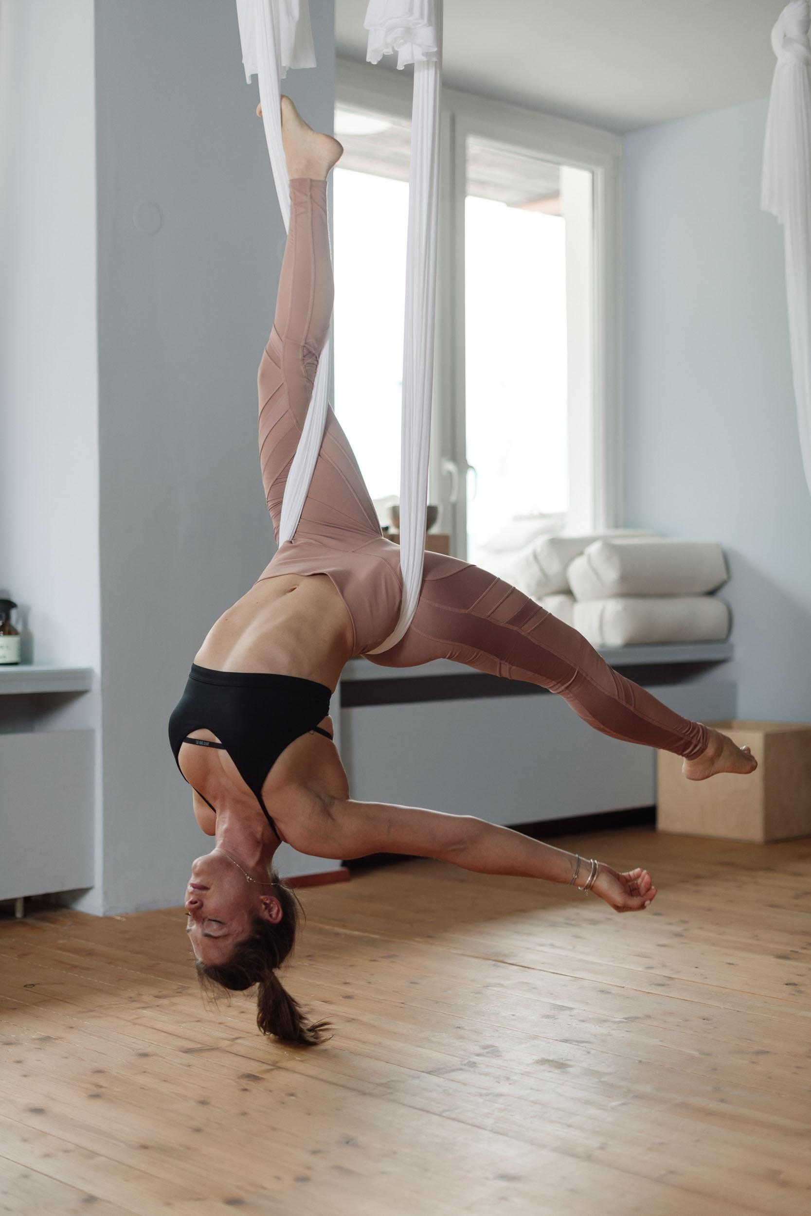 Einfach mal im Tuch baumeln lassen beim Aerial Yoga