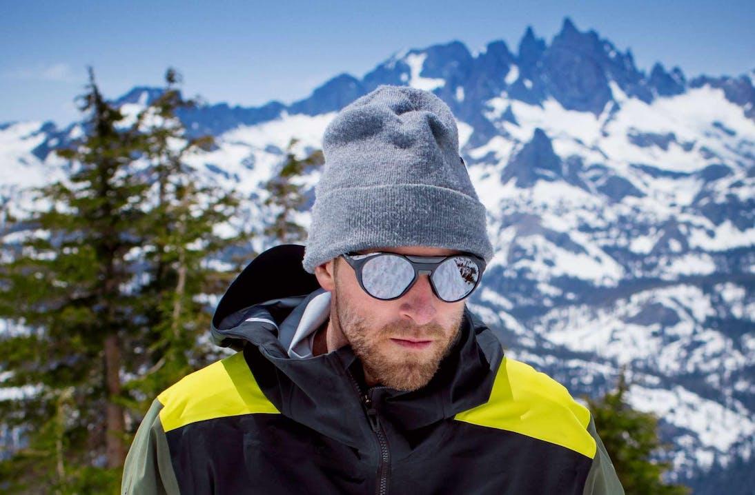 Uomo con occhiali in ambiente montano