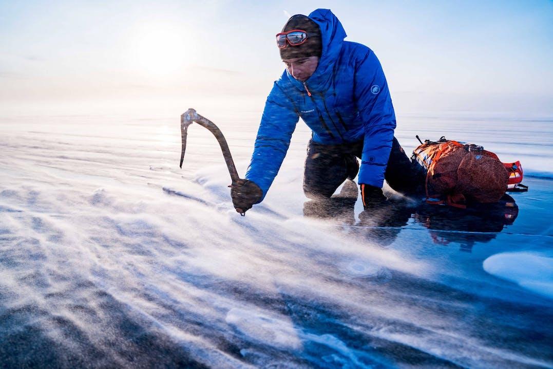 Dani Arnold guarda sotto la superficie ghiacciata del Lago Baikal