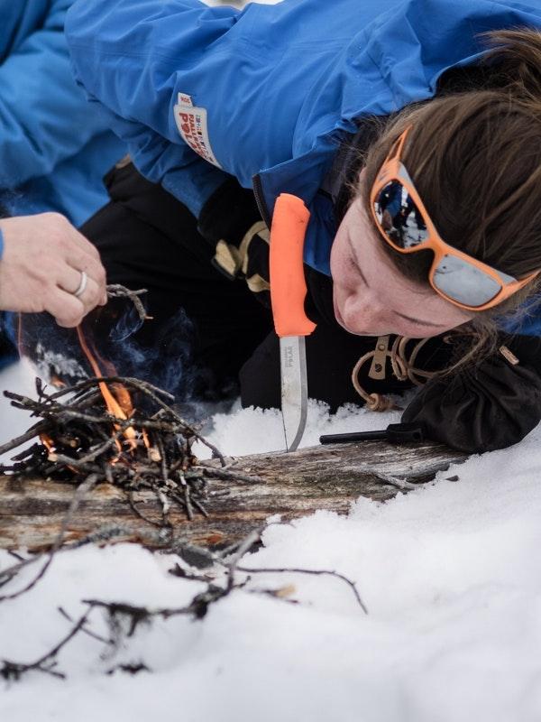 Feuer machen. Eine wichtige Aufgabe in der Arktis.