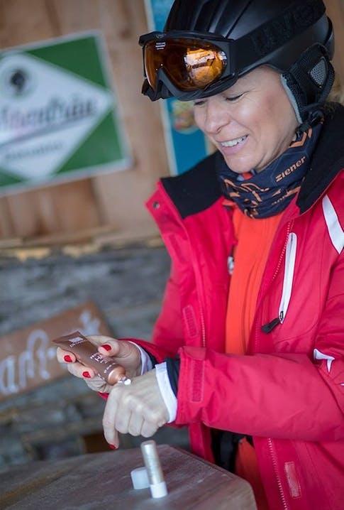 Skifahrerin mit Handcreme - Fotocredit Anne Kaiser Photography