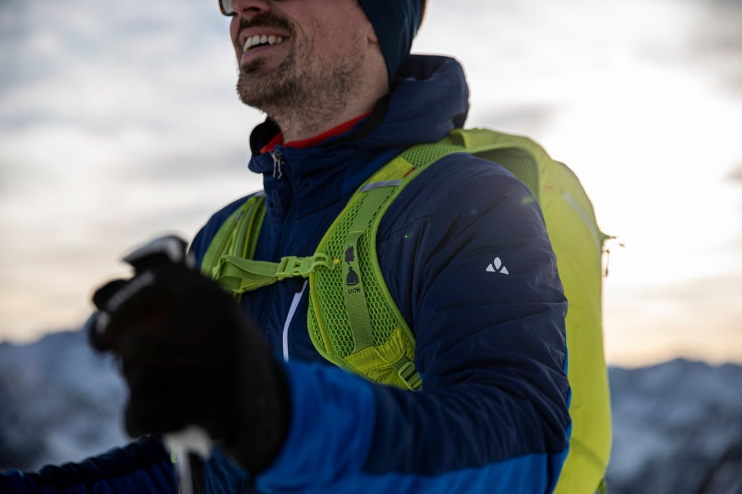 Scialpinista in tour con giacca Vaude