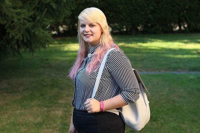 Hipster Look und gestreifte Bluse