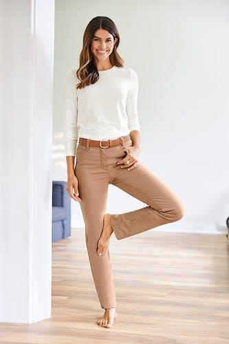 Frau in Yoga-Pose: Baum