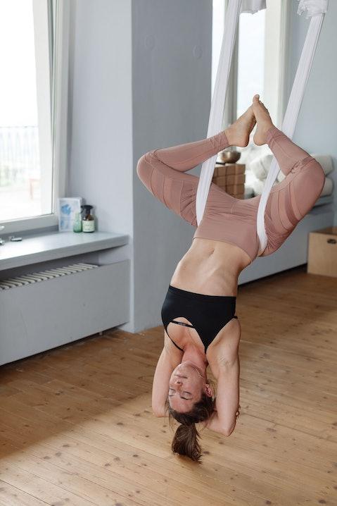 Aerial Yoga bedeutet auch mal kopfüber hängen