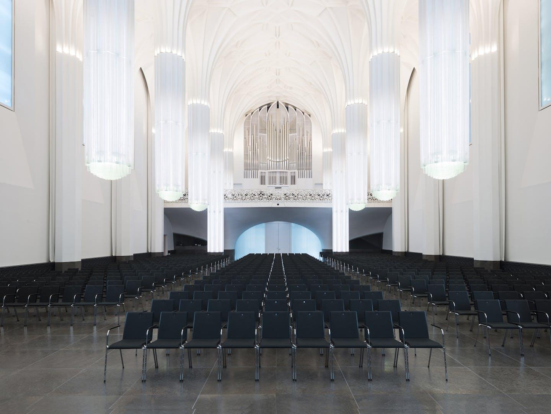 Salle d'événements avec sièges en rangées