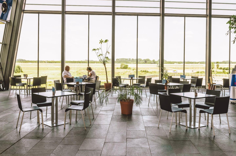 Zone aéroportuaire avec meubles Vitra