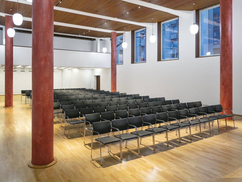 Saal mit Theaterbestuhlung
