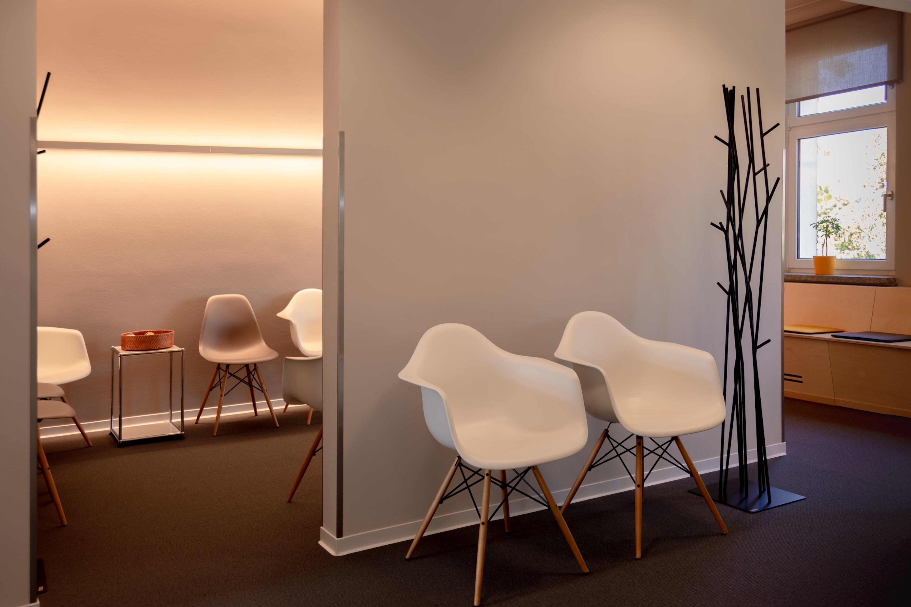 Wartezimmer mit Vitra Stühlen