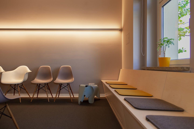 Salle d'attente avec un concept d'éclairage et de couleurs harmonieuses
