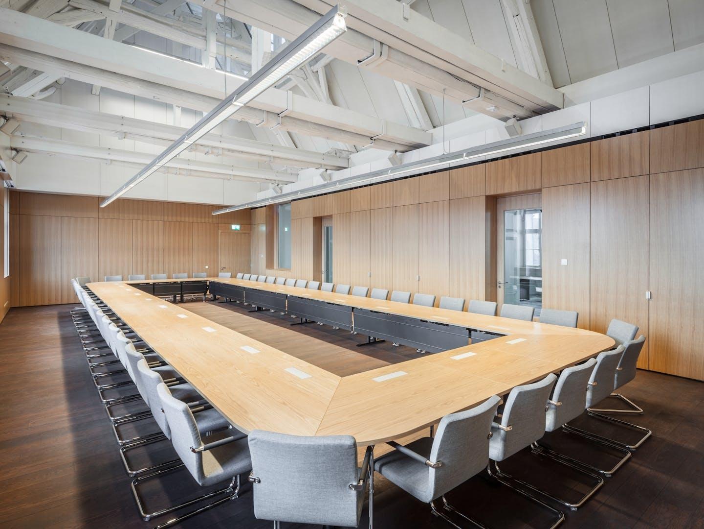 Konferenzraum mit Thonet Stühlen