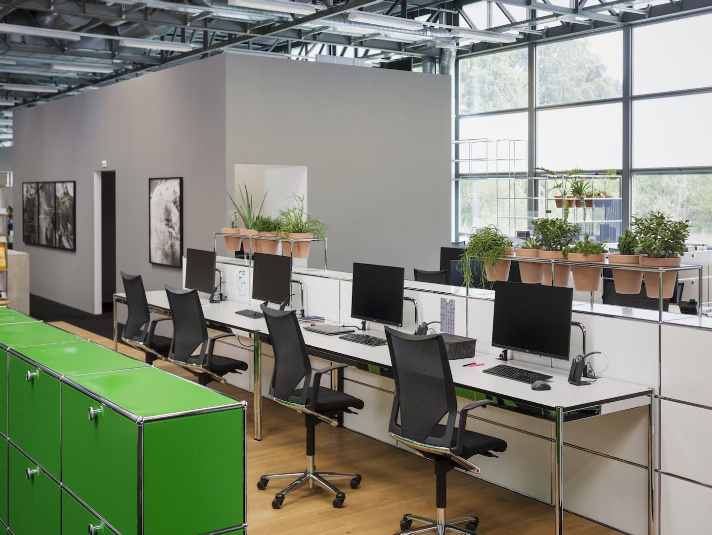 Bureau moderne avec meubles USM et plantes