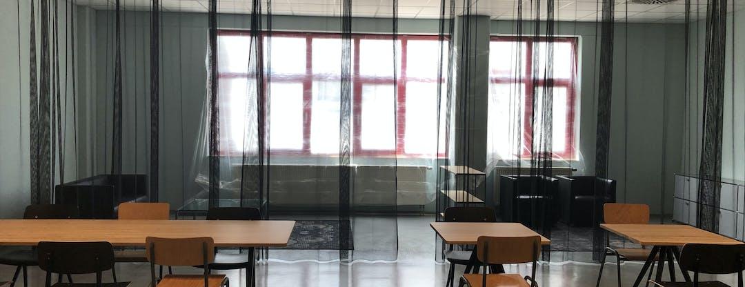 Ein lichtdurchlässiger Vorhang als Raumteiler in der Aqua Römer Kantine