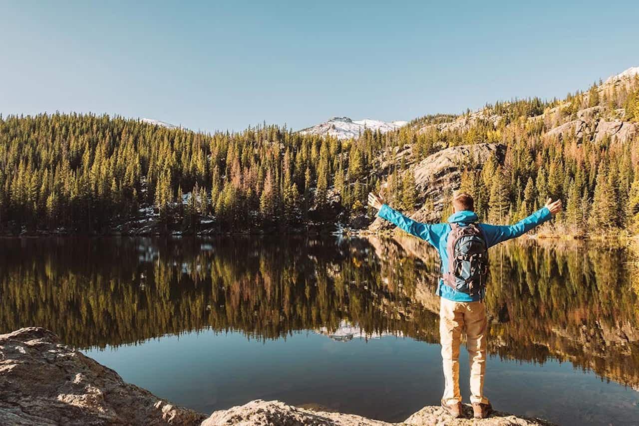 Wanderer vor Bergsee