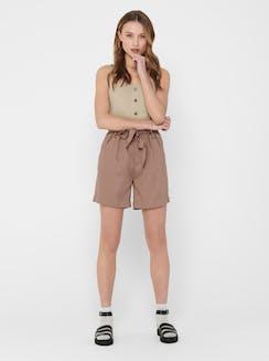 Model trägt Sommeroutfit mit hellbraunen Shorts von ONLY