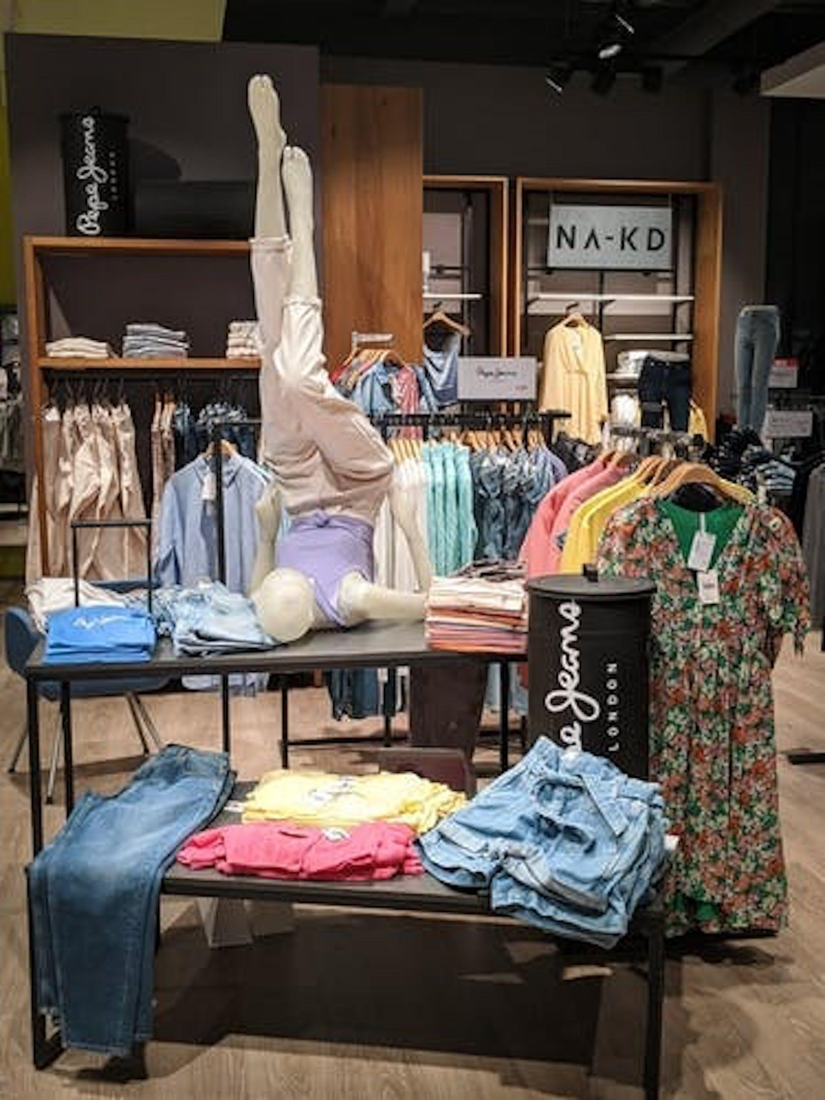 Verkaufsflächen der Marken Pepe Jeans und NAKD