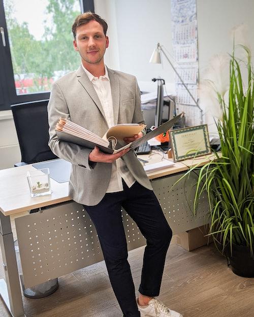 Model zeigt jungen Mann im Büro