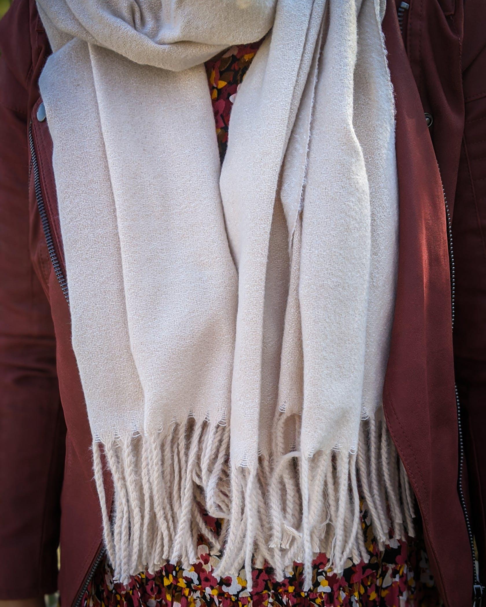 cremefarbener Schal von Only