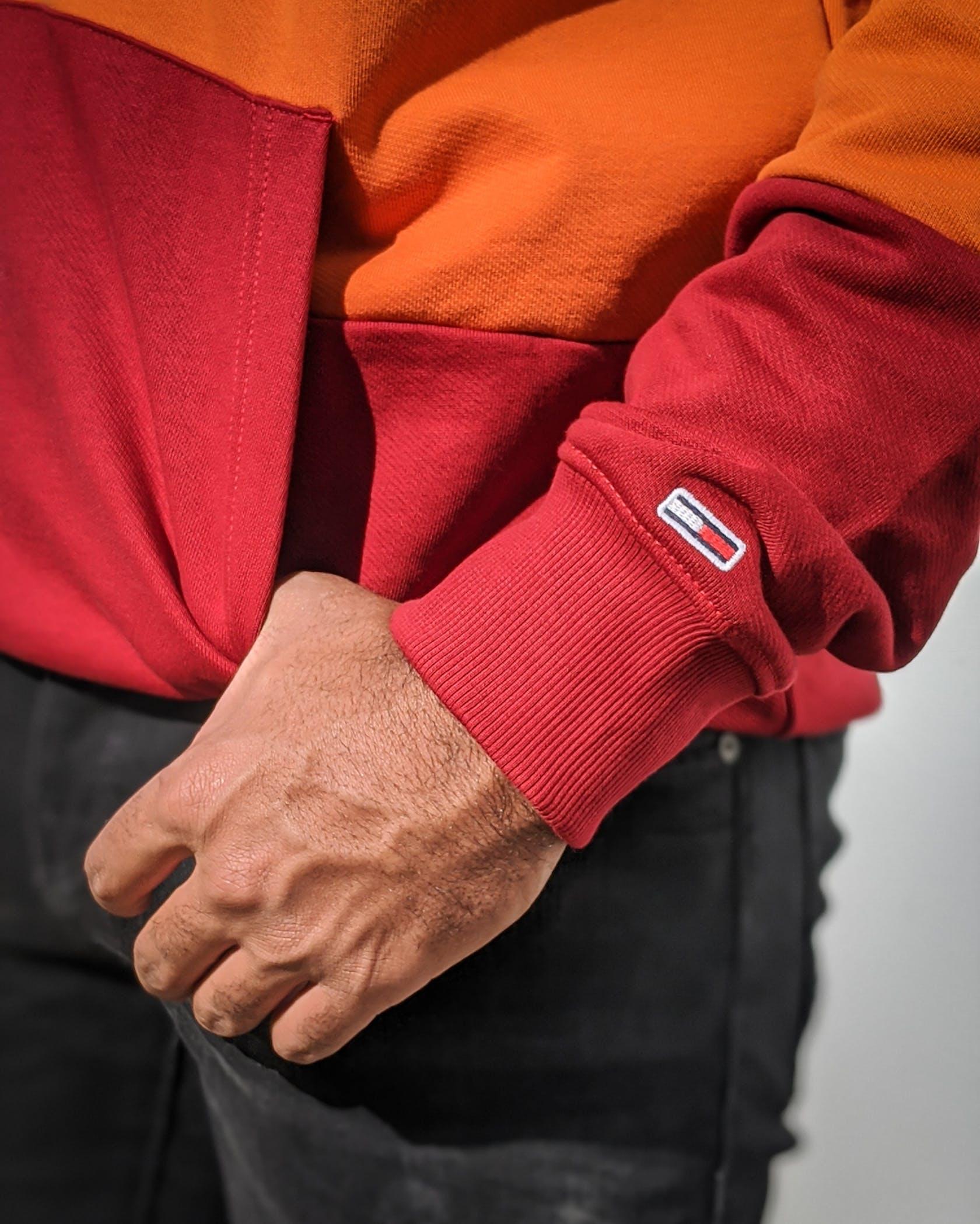 Model mit Hand in der Tasche