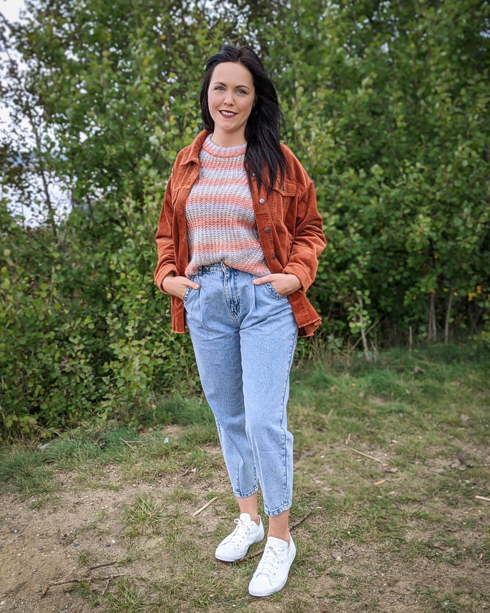 Model zeigt slouchy jeans