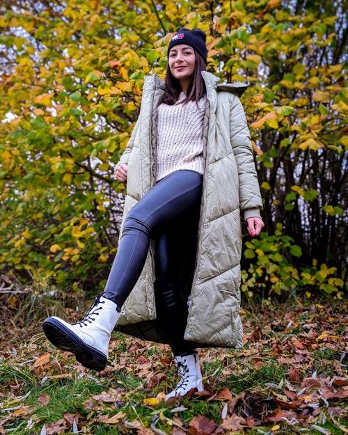 junge Frau in winterlichem Outfit im Wald