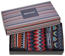 Geschenkverpackung mit gemusterten Socken