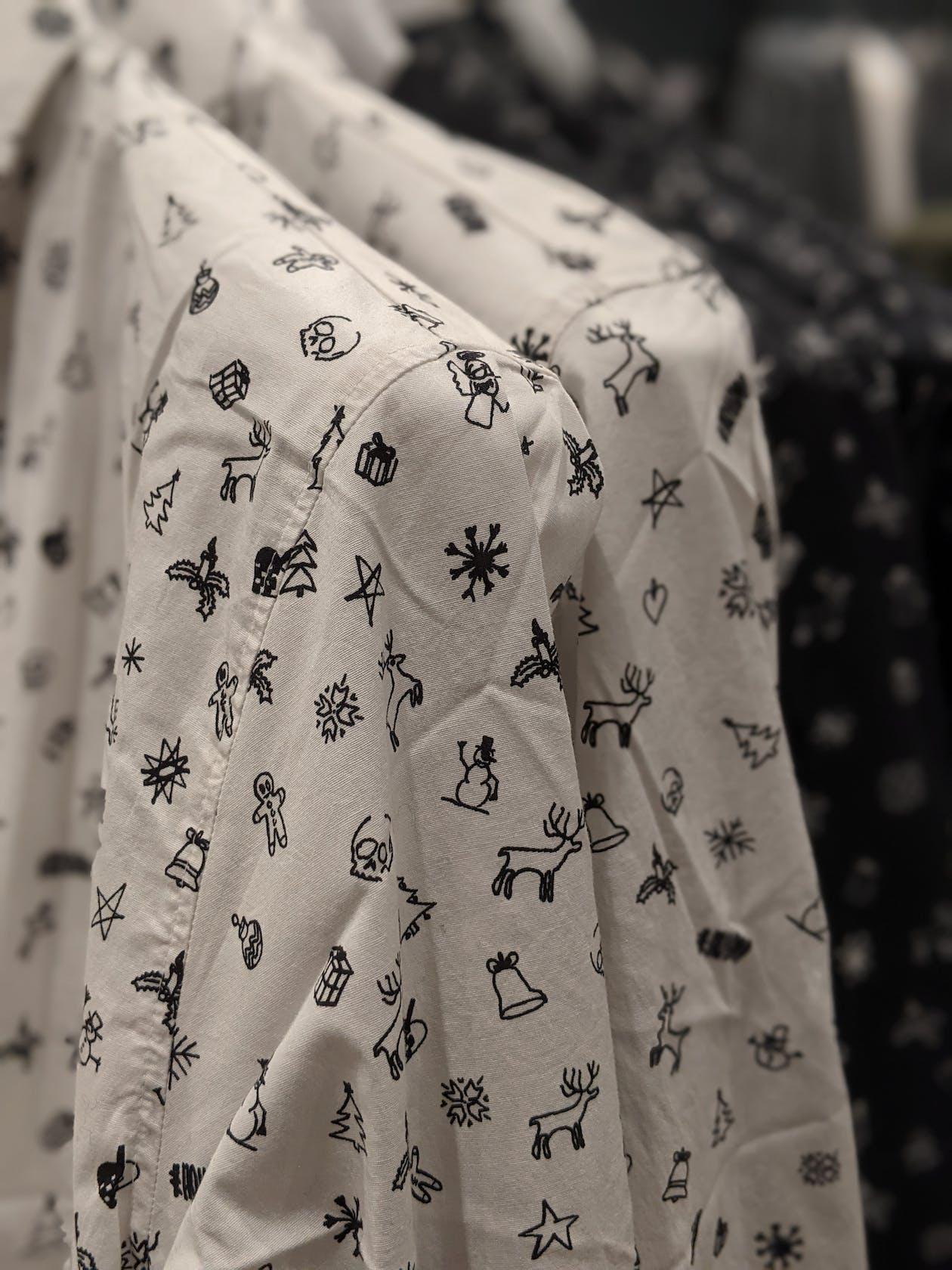 weiße und dunkelblaue Hemden mit weihnachtlichen Motiven für Herren