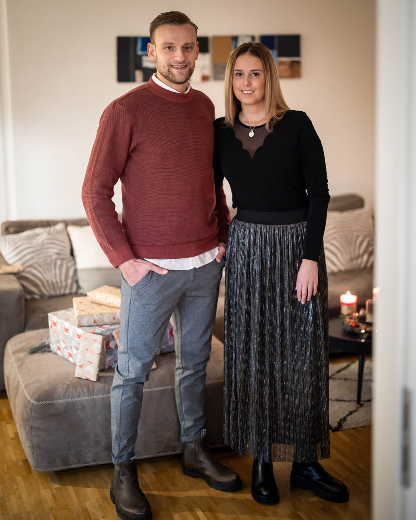 VFL Handballspieler Thee Glabisch und seine Freundin in einem modischen Outfit zuhause