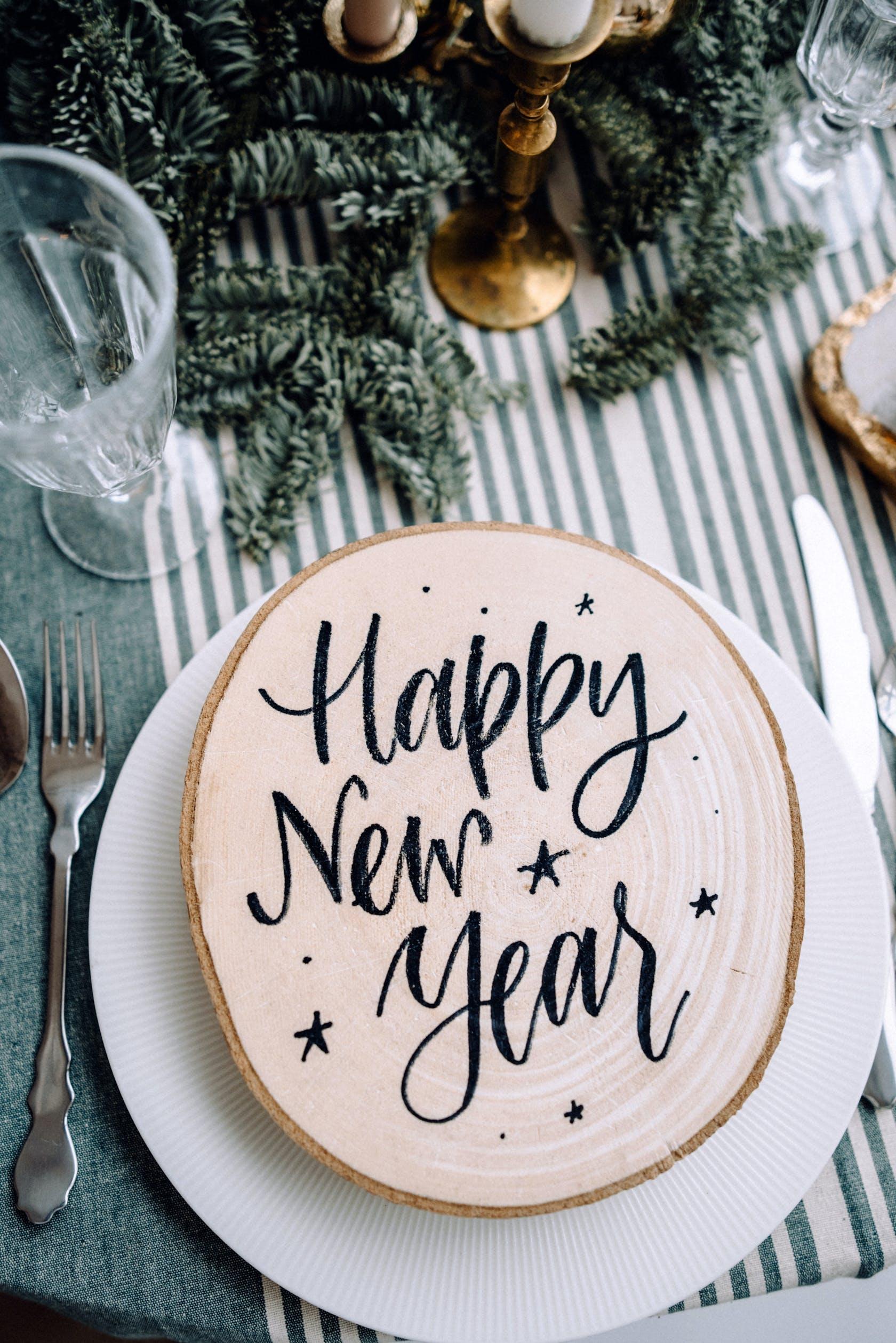 """Ein gedeckter Tisch mit Gruß """"Happy new year"""""""