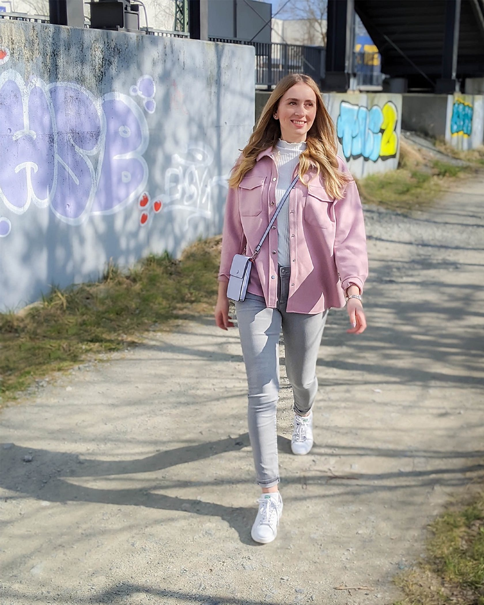 Model trägt im Frühjahr trendiges Outfit mit rosa XXL-Jacke
