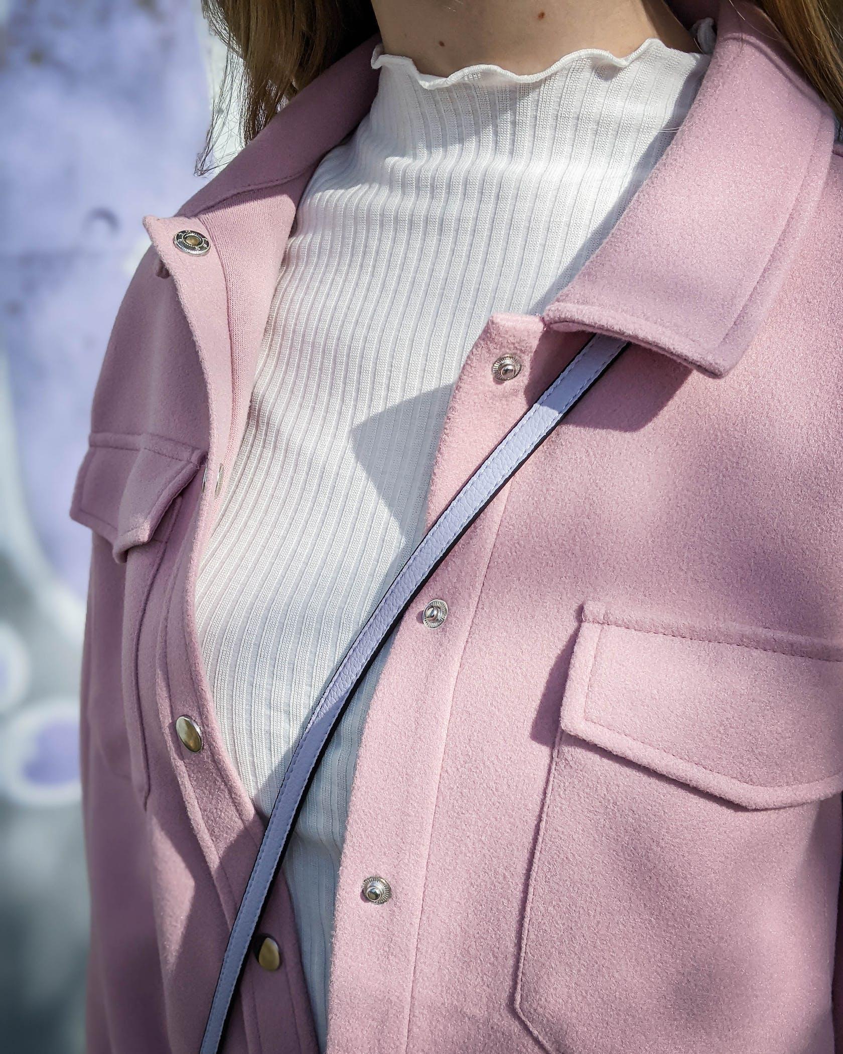 Nahaufnahme Rippshirt mit rosafarbener XXL-Jacke