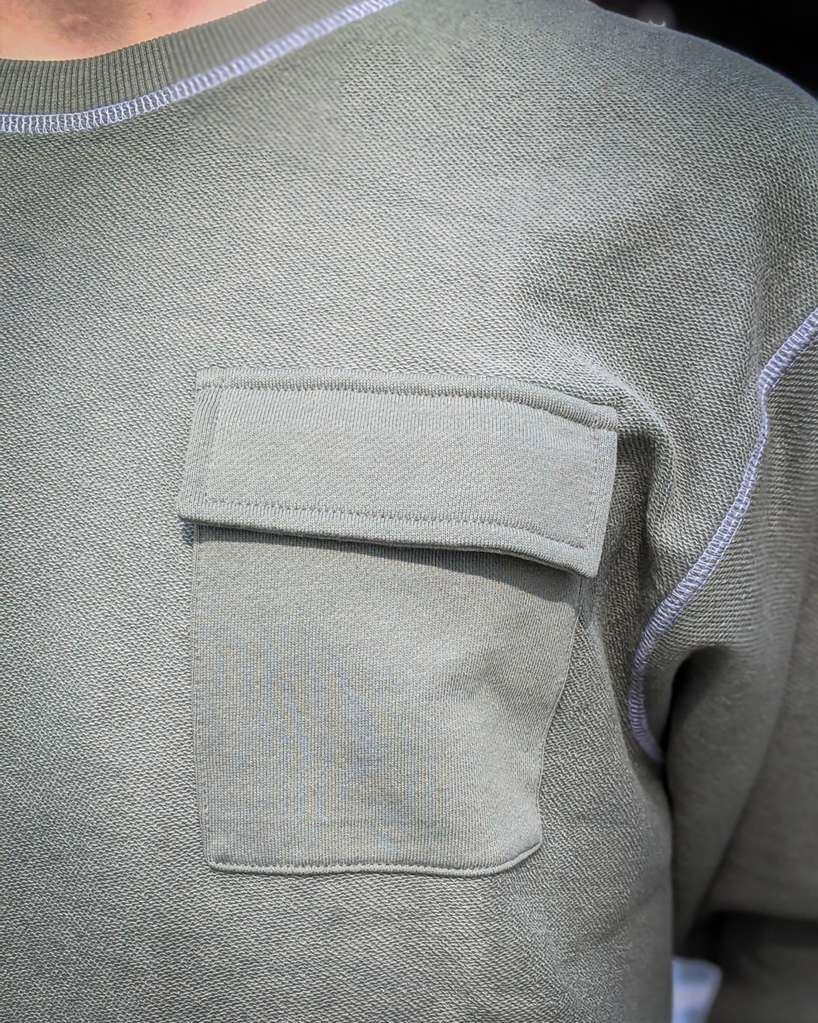 grünes Sweatshirt mit aufgesetzter Brusttasche