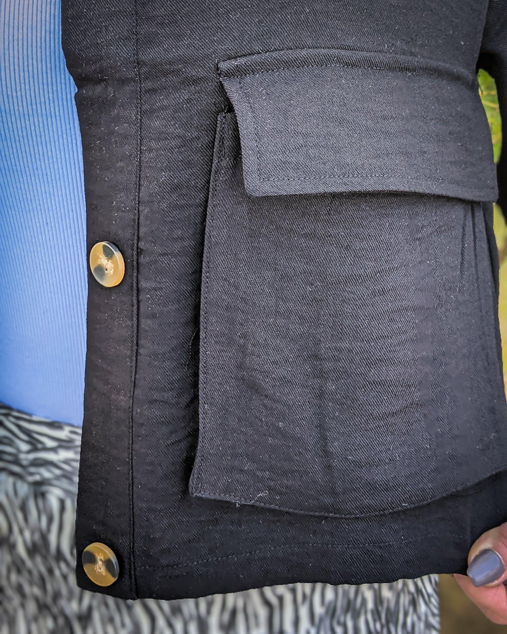 schwarze, leichte Stoffjacke mit aufgesetzten Taschen