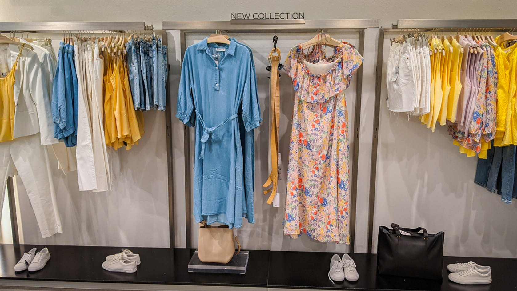 verschiedene sommerliche Kleidungsstücke für Damen