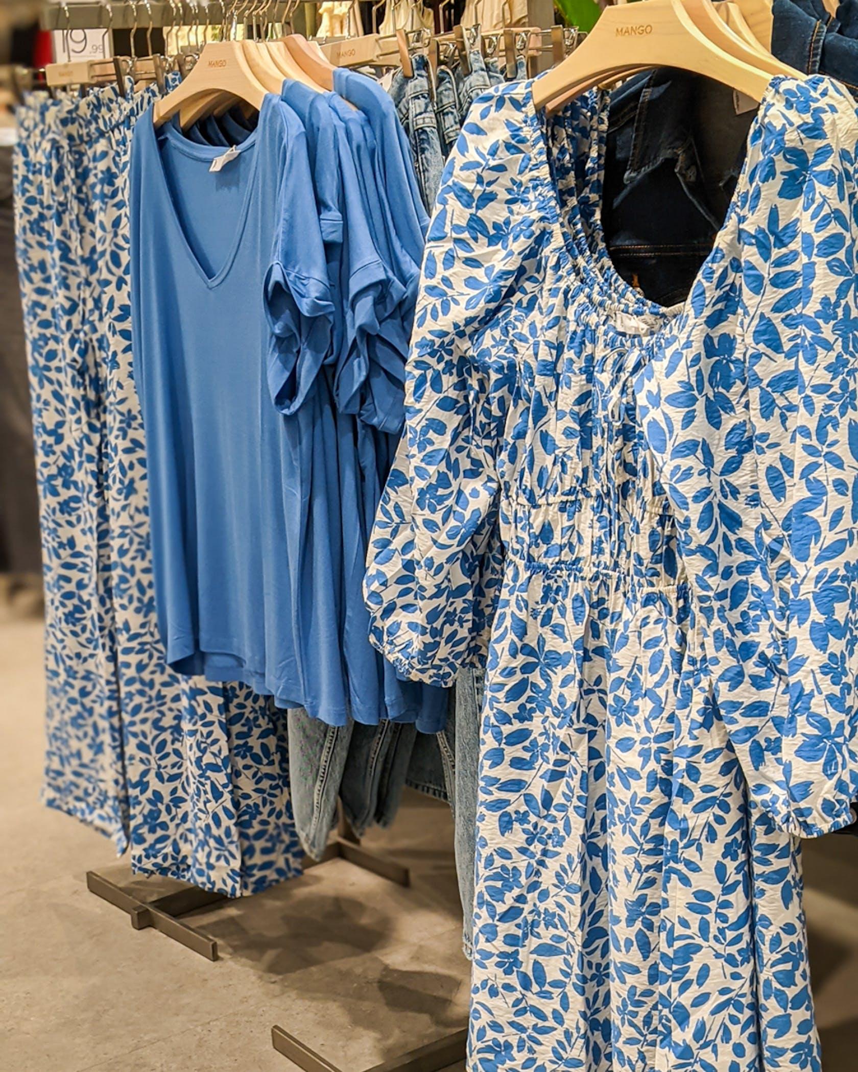 Kleid und Hose mit Blumenmuster, blaues T-Shirt