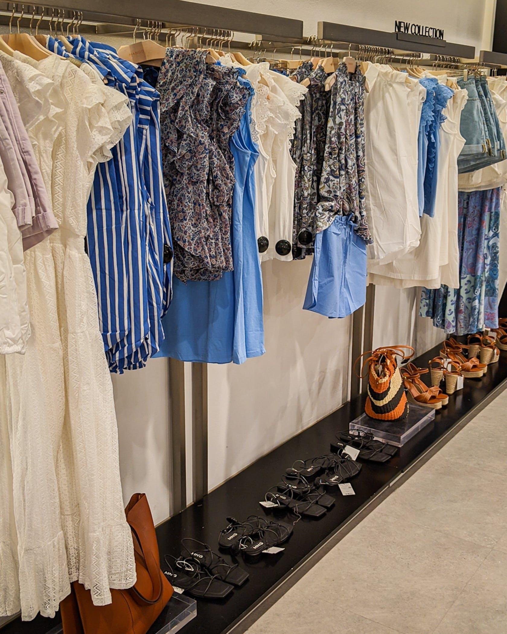 verschiedene, sommerliche Kleidungsstücke für Damen