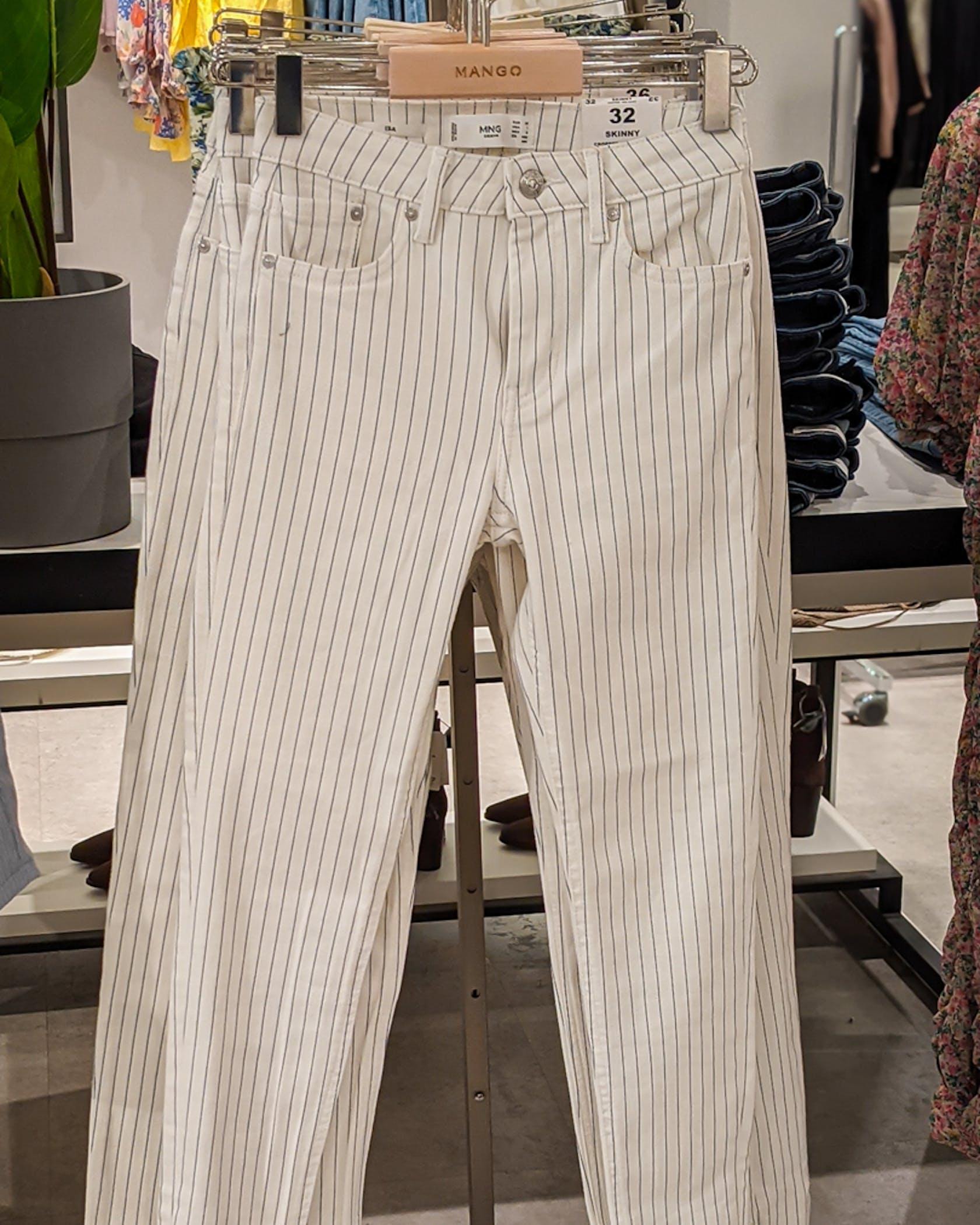 weiße Jeans mit Streifen
