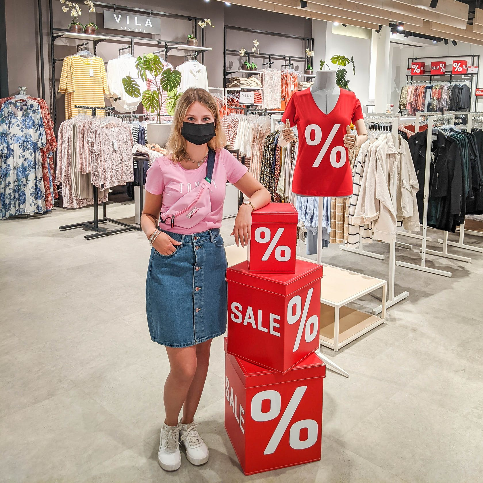 Model zeigt Outfit mit Sale-Artikeln