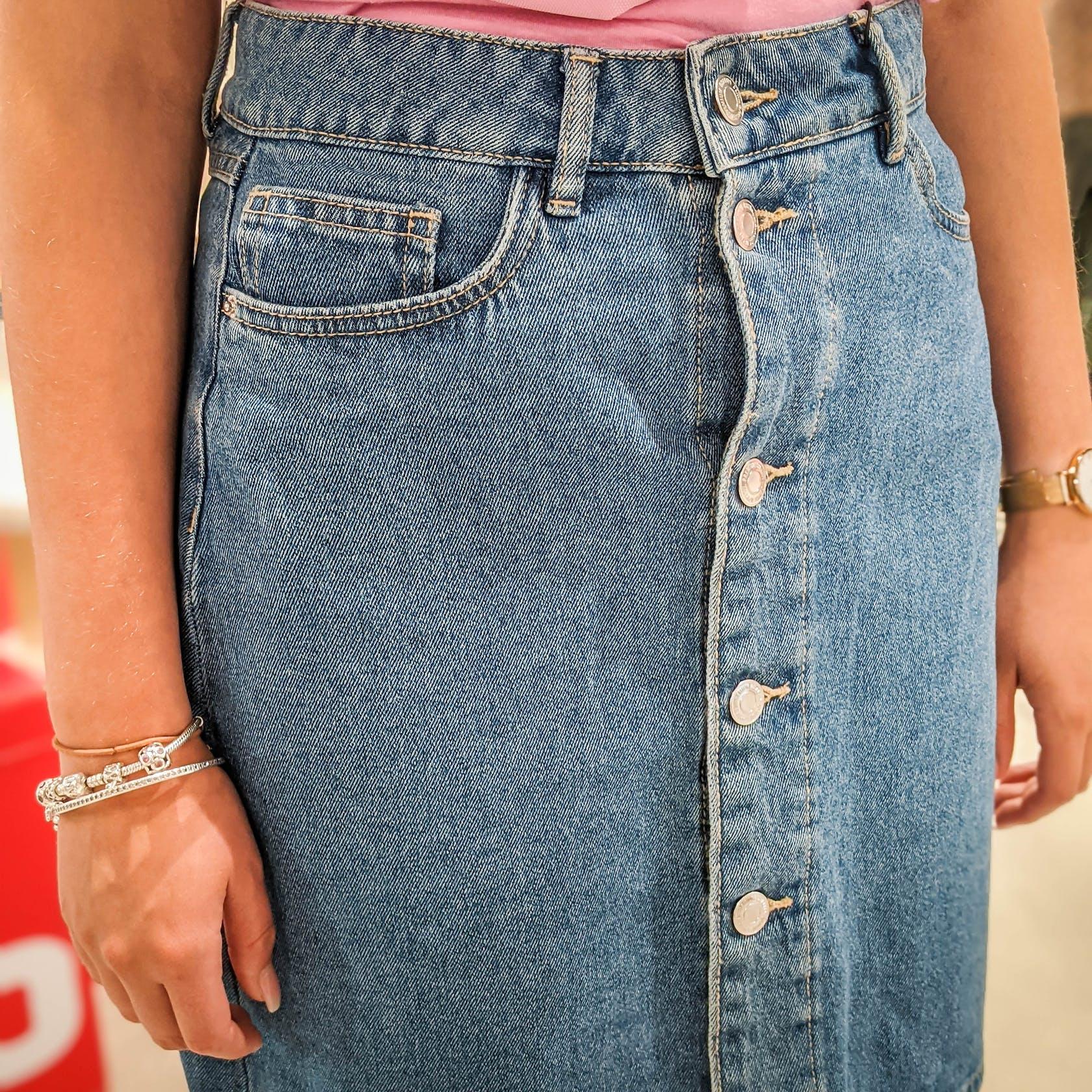 Nahaufnahme von einem Jeansrock von der Marke Vero Moda