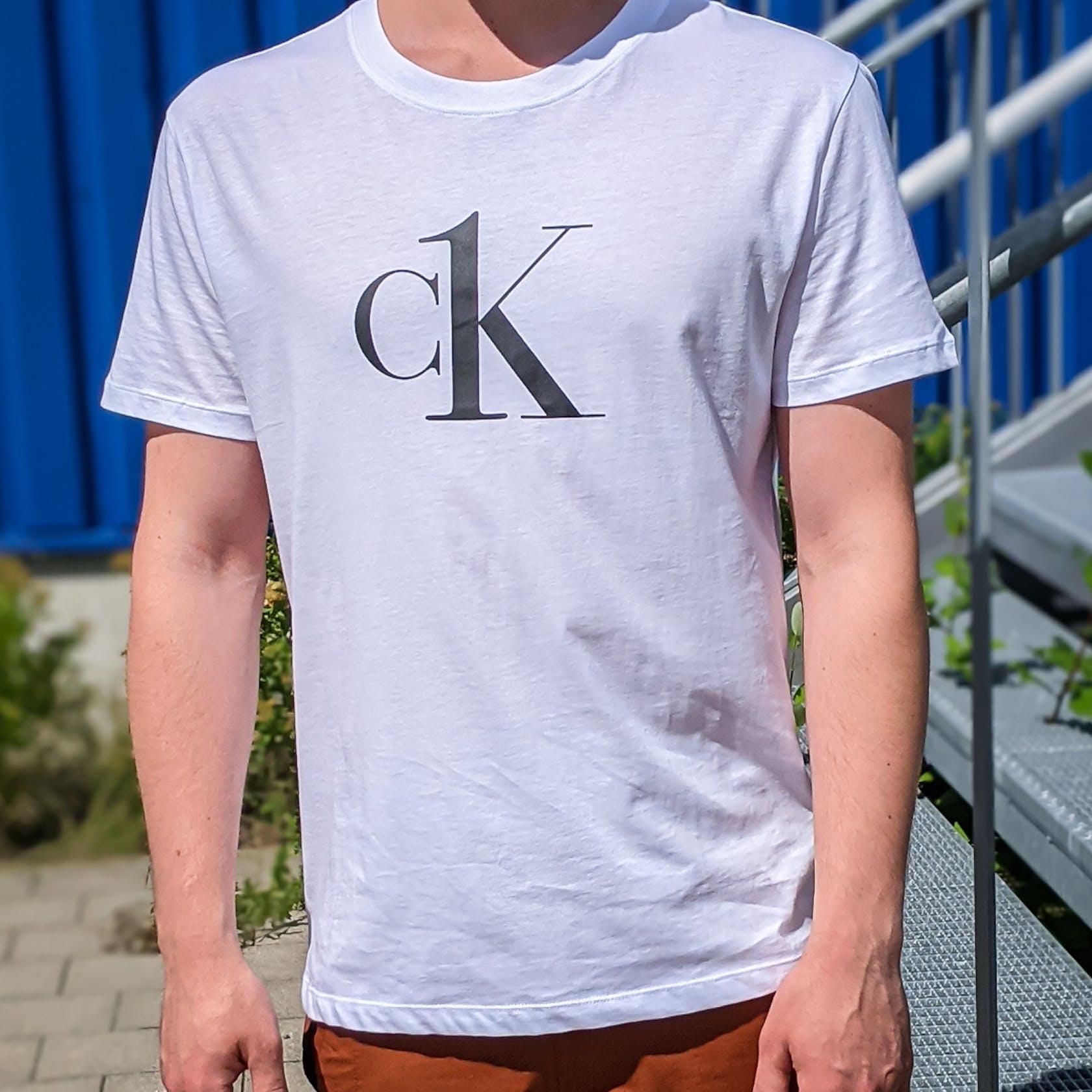 weißes T-Shirt mit Calvin Klein Logo auf der Brust