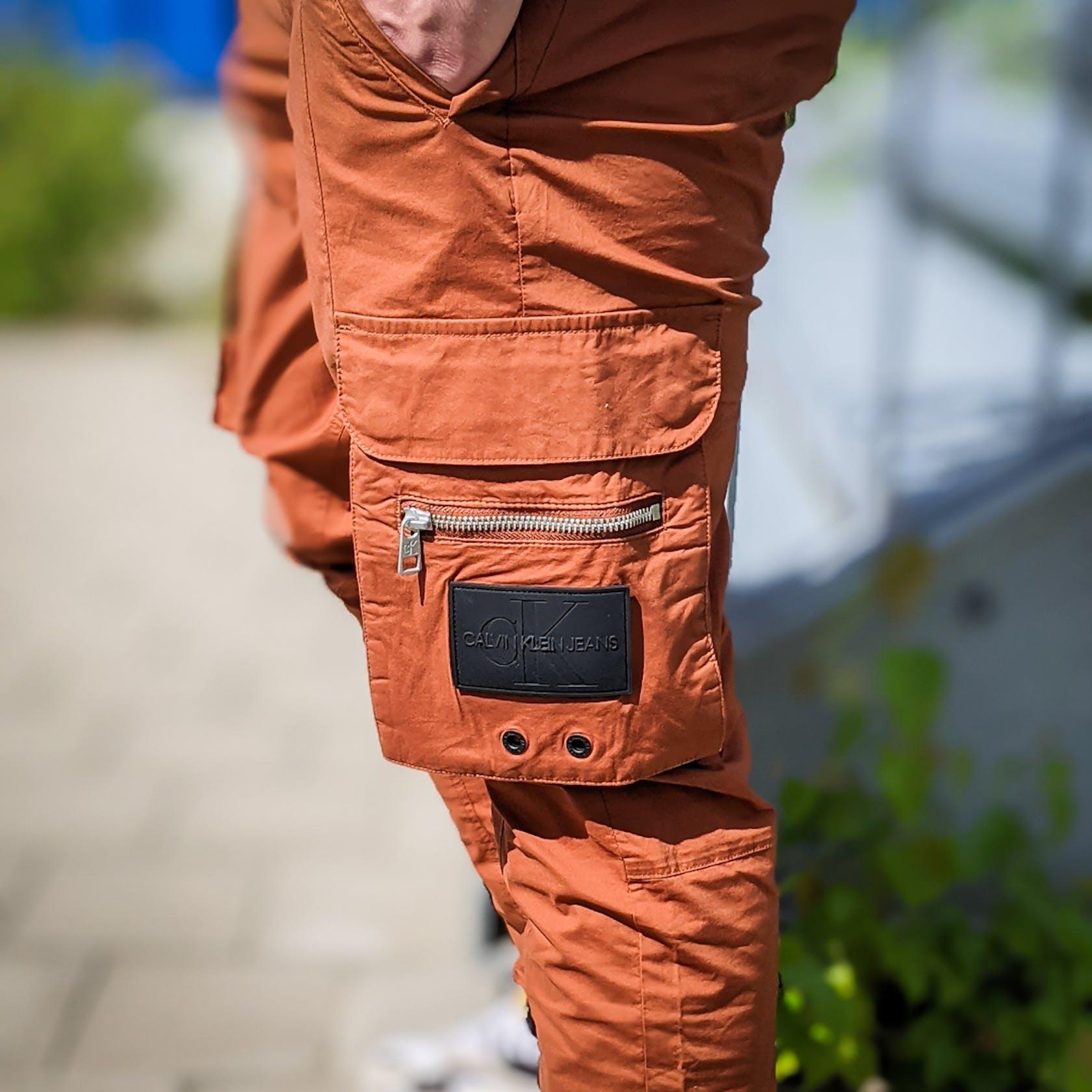 braune Cargohose mit seitlichen Taschen an den Beinen
