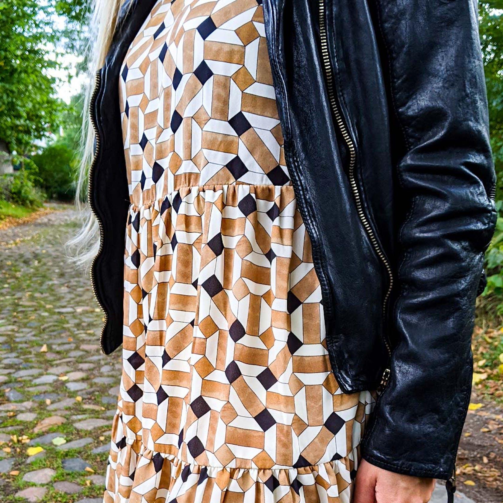 Details von einem braun, schwarz, weiß gemustertem Kleid