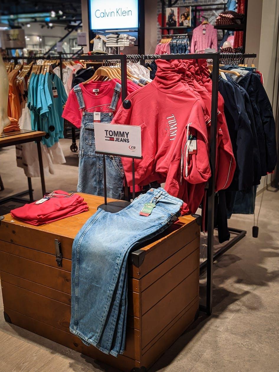 Warenständer mit Mode von Tommy Jeans und Calvin Klein