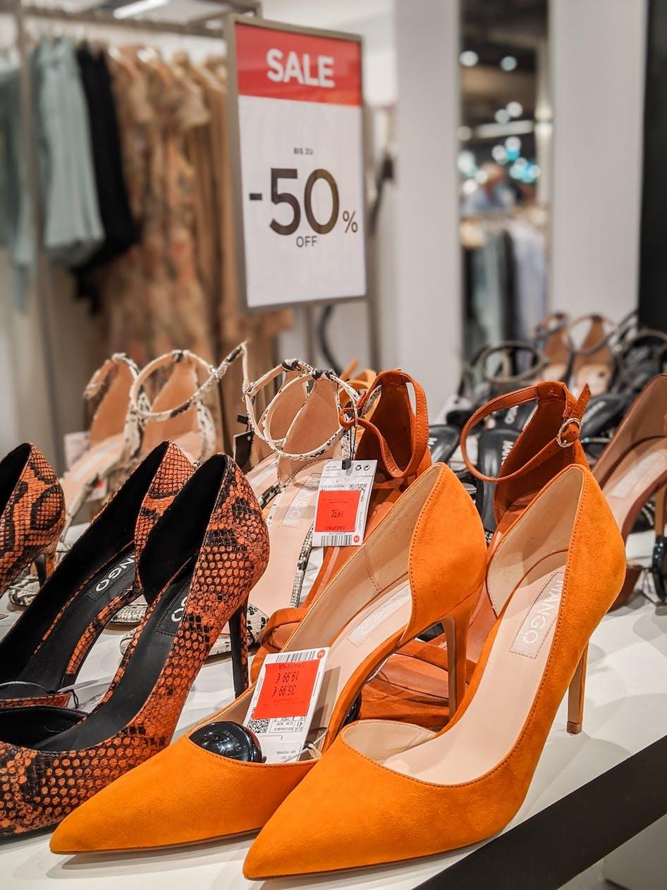 Orangefarbene Schuhe im Sale