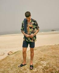 Model von Jack & Jones trägt am Strand Hemd mit Tropenprint