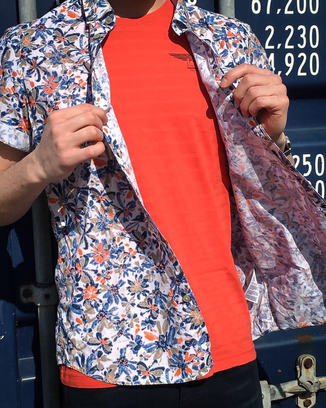 Kurzarmhemd mit Blumenprint von Lerros und oranges T-Shirt von PME