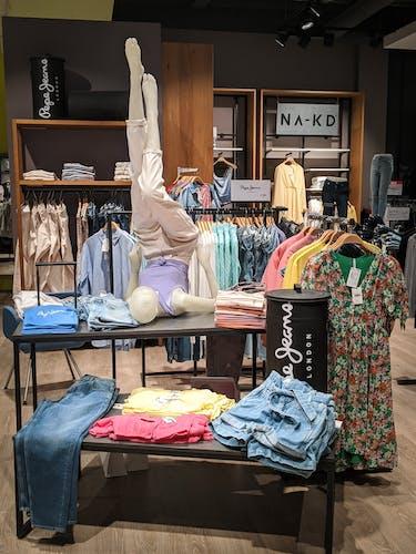 Styles von den Marken Pepe Jeans und NA-KD